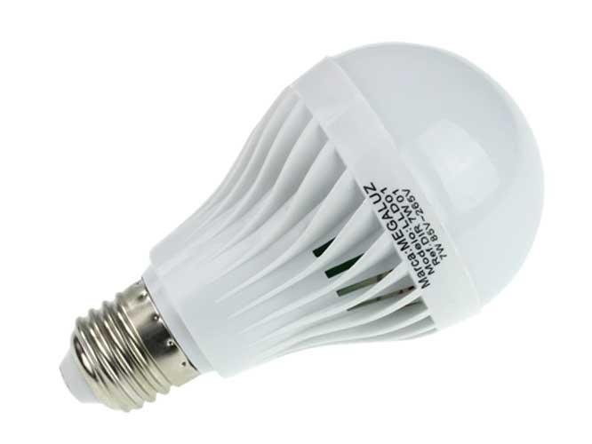 foco led megaluz lld01 dir7w01, 7w, 490lm de iluminacion, se queda prendido cuando se va la luz