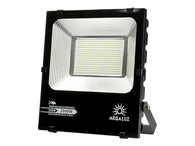 Ilumina tu espacio con el REFLECTOR LED MEGALUZ LLR – 002 R200W006, bajo consumo, fácil instalación, diseño rectangular, asa que facilita su portabilidad, alta resistencia a climas extremos; ahorra energía hasta en un 80%, ofreciendo buena iluminación. Instálalo en el lugar de tu preferencia; ideal para exteriores.